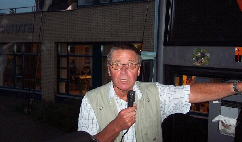 Henk Broekhuizen in actie als 'Dorpsomroeper'.