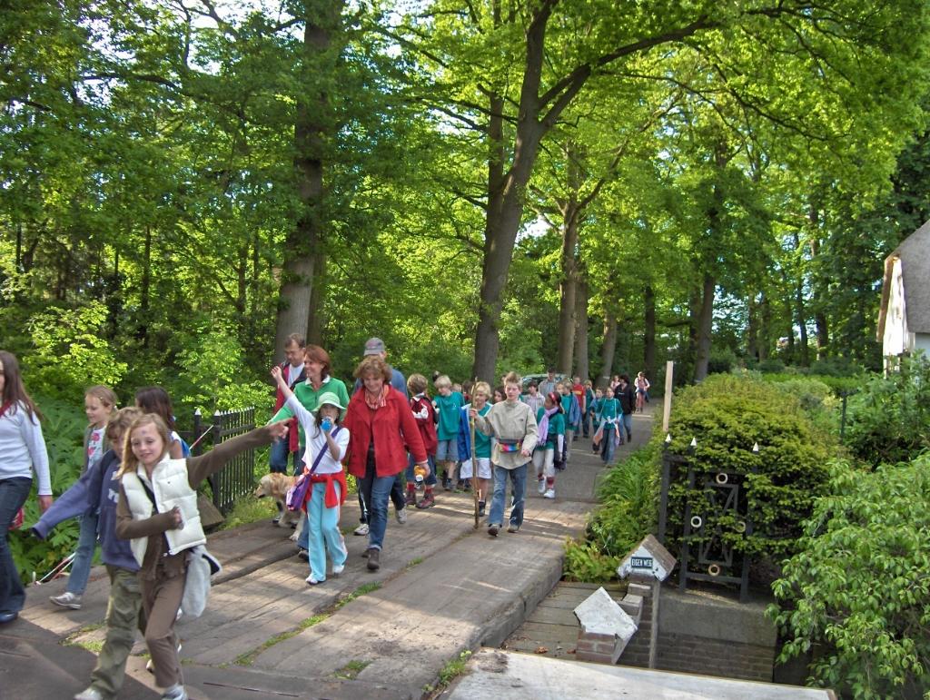 Een deel van de plm. 600 deelnemers (o.a. van de Bosbergschool in Hollandsche Rading) kwam in 2005 via de Aanlegsteeg weer Maartensdijk binnen. Foto:  © De Vierklank