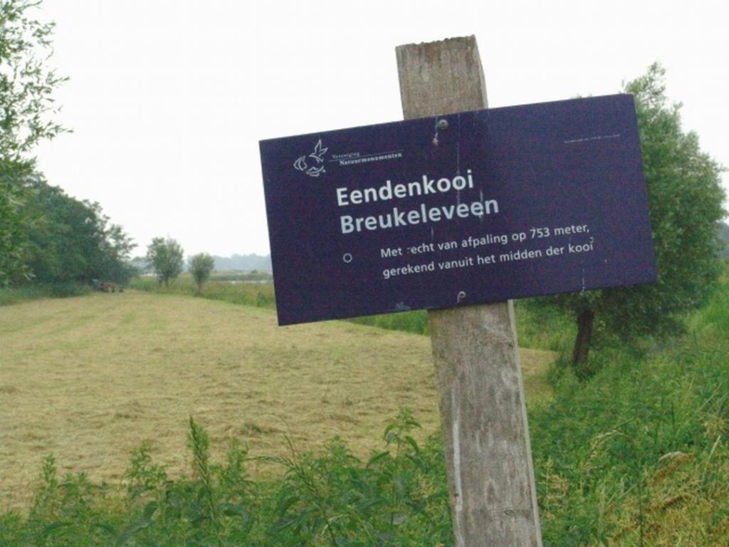 Bordje bij het hek op de weg langs het Tienhovens kanaal, met daarop de vermelding van een oud Kooirecht. Foto:  © De Vierklank