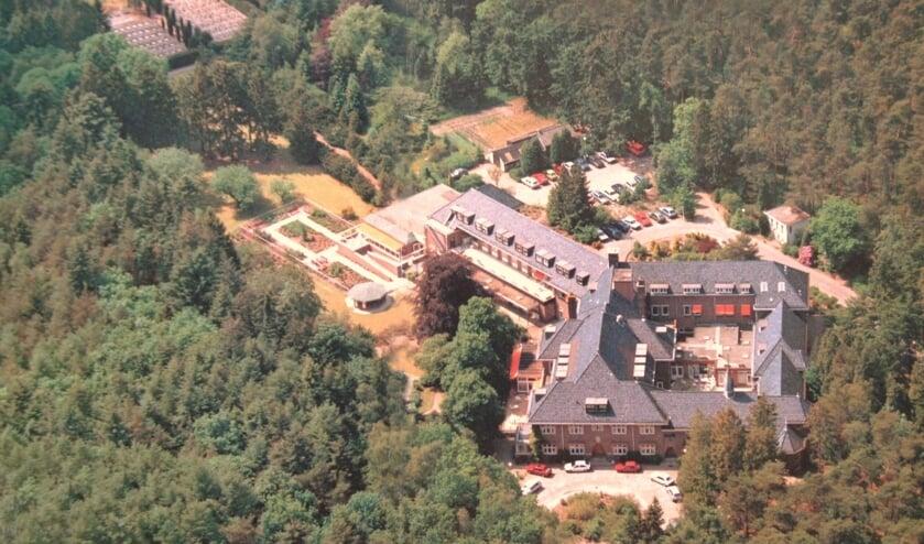 Luchtfoto (van voor 2007) van het gehele terrein met klooster, kapel en begraafplaats.[uit de verzameling van Koos Kolenbrander]
