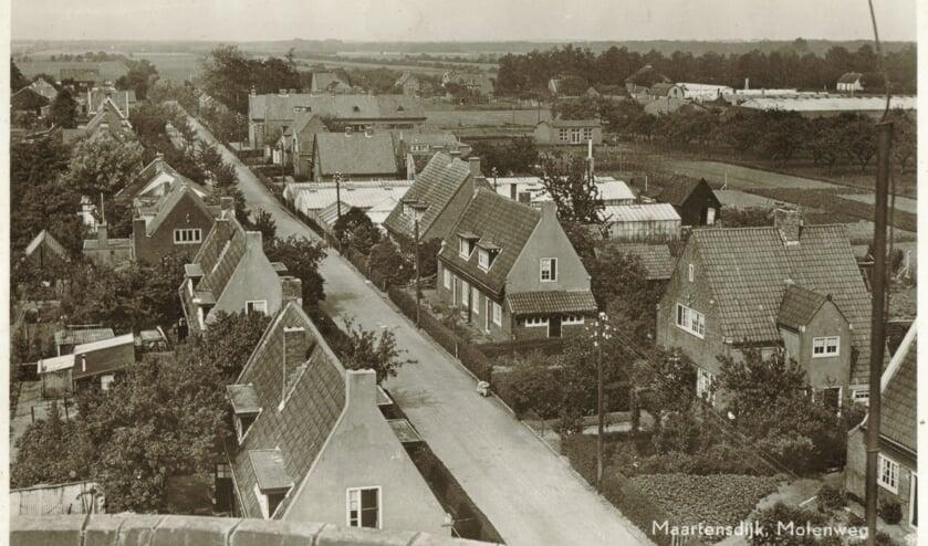 Molenweg (vanaf de toenmalige molen gezien) rechtsonder 51-59 en linksonder 50-56 zichtbaar. (foto uit de digitale verzameling van Rienk Miedema)