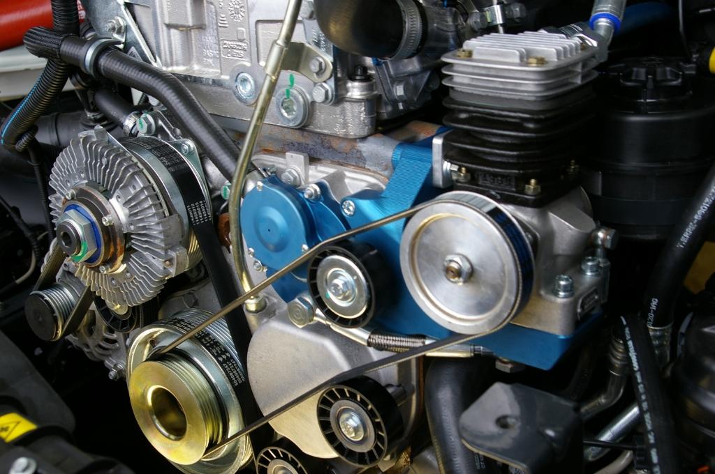 Bij het hier getoonde motorblok is duidelijk met de kleuren blauw, zilver en goud de luchtcompressor te zien die er door de firma Veldhuizen is ingebouwd om zo de bestelauto van luchtremmen te voorzien. Foto:  © De Vierklank