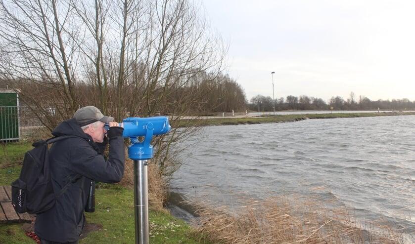 Wigle Braaksma spiedt naar vogels.