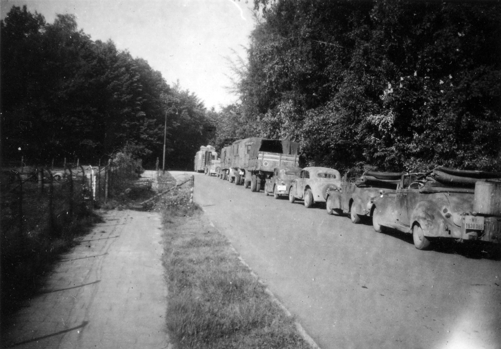 De aftocht van de Duitsers. (De kolonne van de vertrekkende misschien vluchtende Duitsers staat geparkeerd op de Bilderdijklaan); de foto is van iemand die daar in 1945 tegenover Zonneheuvel  woonde).  Foto: G.v. Walbeek. © De Vierklank