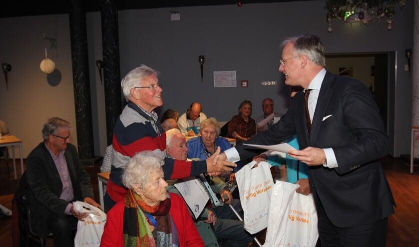 Burgemeester Arjen Gerritsen overhandigt het certificaat aan een deelnemer Jan Bulk. [foto Reyn Schuurman