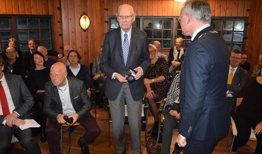 De heer van Hasselt ontvangt de Chapeaupenning uit handen van de burgemeester.
