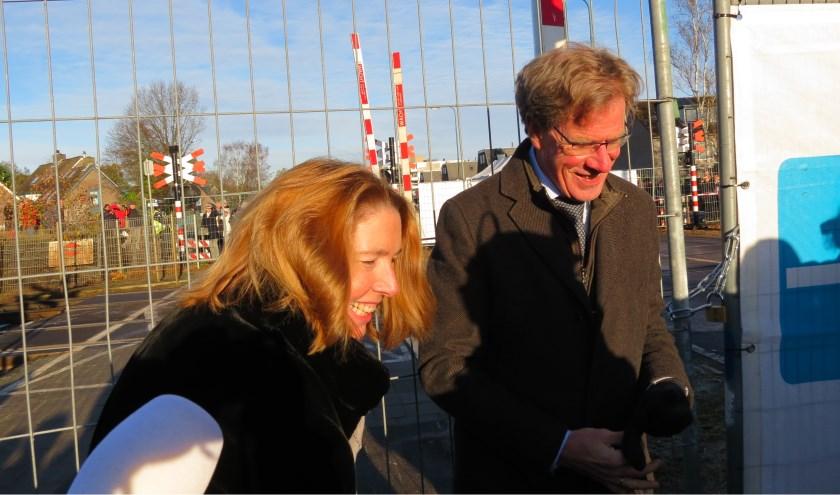 Wethouder Jolanda van Hulst en ProRail directeur Cees de Vries maken de afsluiting definitief.