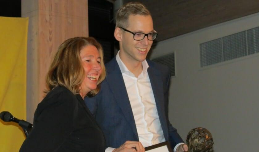 Gilde Personeel winnaar in de catergorie starters, eigenaar Erwin Wever en wethouder Jolanda van Hulst. (foto Guus Geebel)