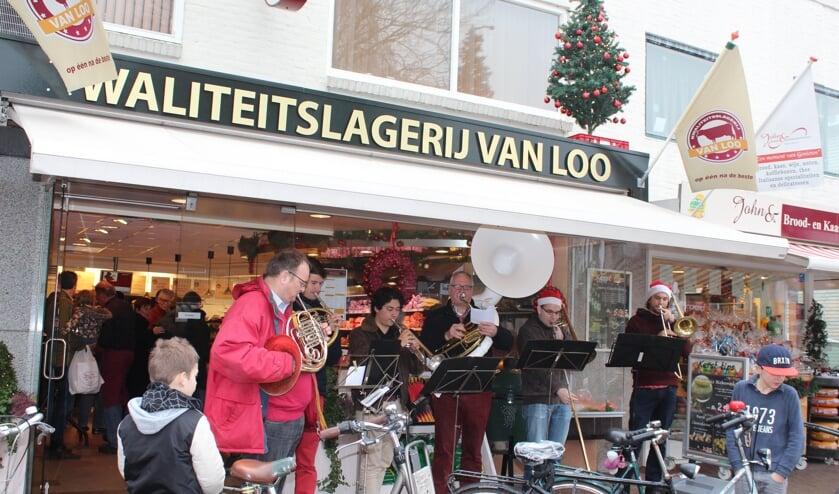 Het koperensemble van de Koninklijke Biltse Harmonie speelt kerstliederen voor de Slagerij.