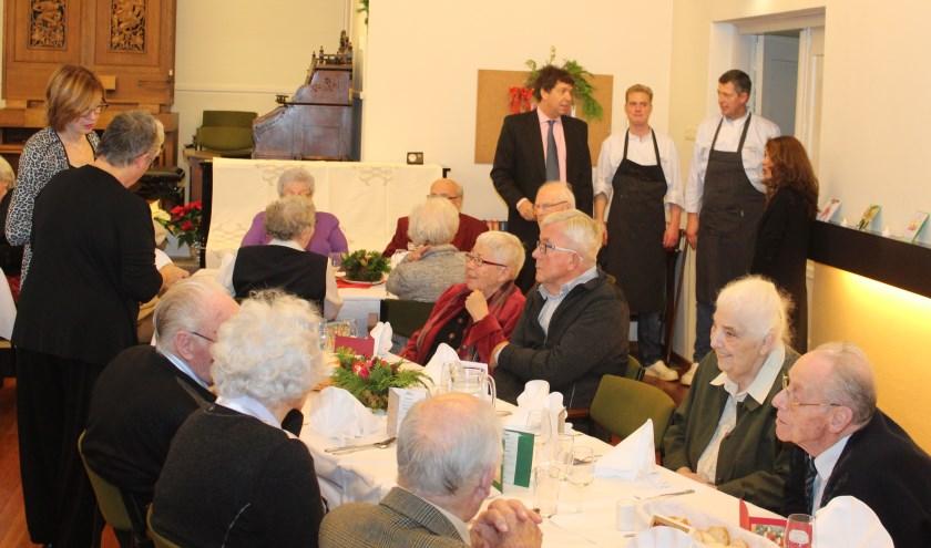 Thijs Bos en Wim Landwaart van Landwaart Culinair geven de laatste instructies aan Jan en Elizabeth Moggré.