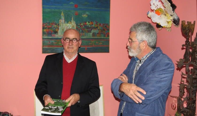 Frank Klok overhandigde Maarten Buddingh het eerste exemplaar van het boek.