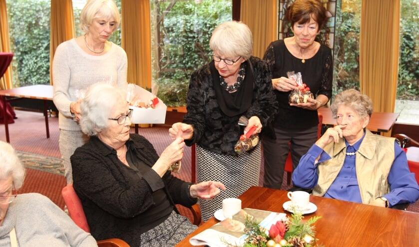 De UVV op zich bestaat 70 jaar. Eén van de afscheidnemende dames heeft meer dan 33 jaar actief vrijwilligerswerk gedaan. [foto Reyn Schuurman]