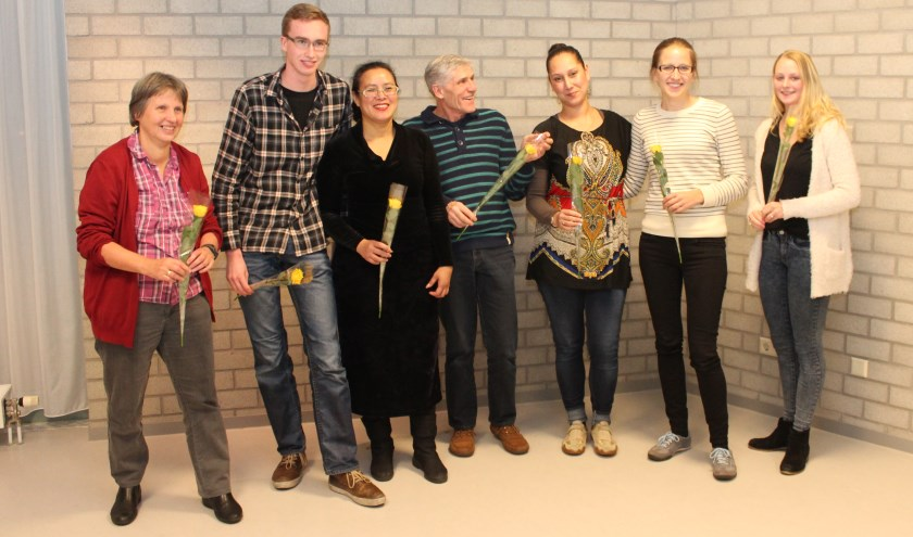 De geslaagden: Carolien, Jannie, Daniek, Sonja , Rolina, Joris en Joyce (niet op de foto). [foto Henk van de Bunt]
