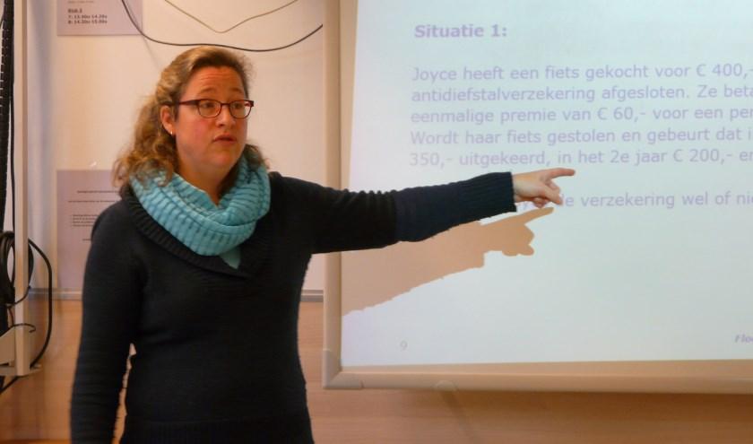 Is het verstandig om een fietsverzekering te nemen? De medewerker Rabobank Utrechtse Heuvelrug legt uit hoe het werkt en vraagt de klas om mee te denken.