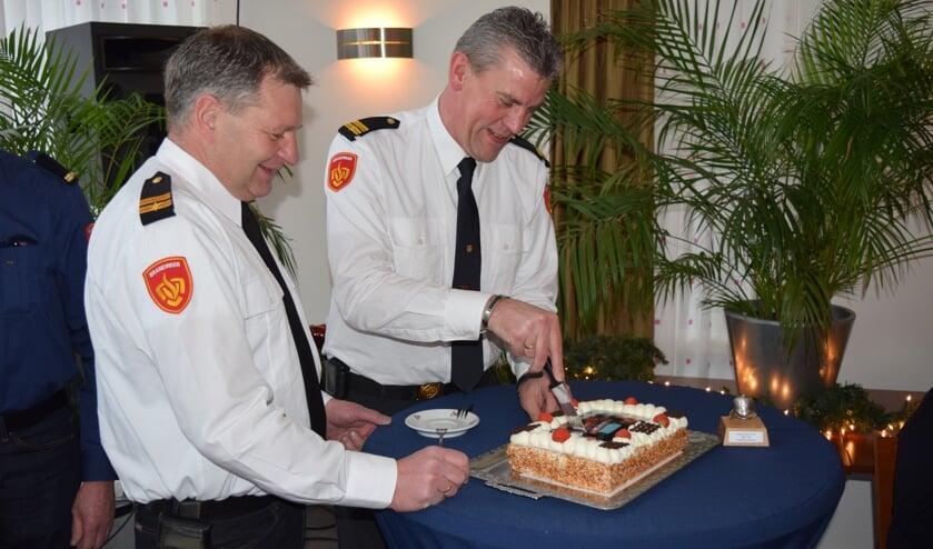 De komende en gaande man snijden de taart aan.