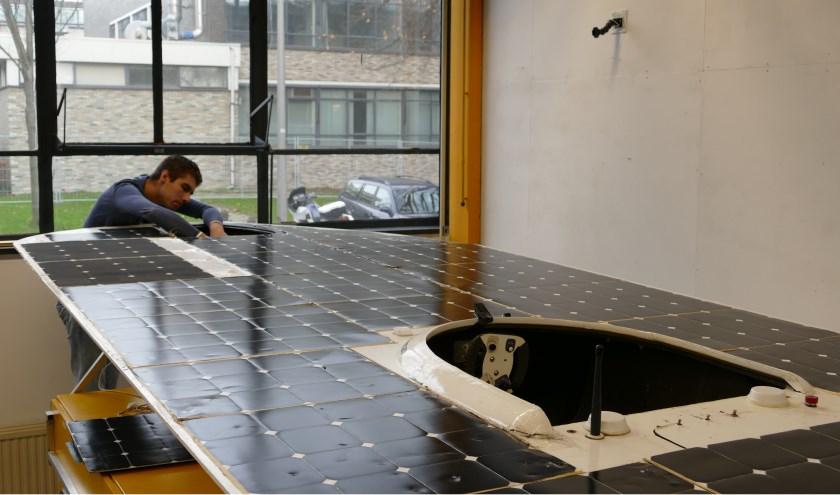 ?Thore is druk doende met de constructie van de solarboat.