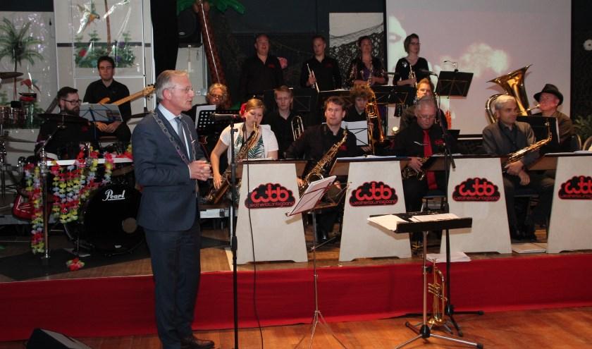 Burgemeester Arjen Gerritsen opende 19 juni het jubileumweekeinde. [foto Henk van de Bunt]