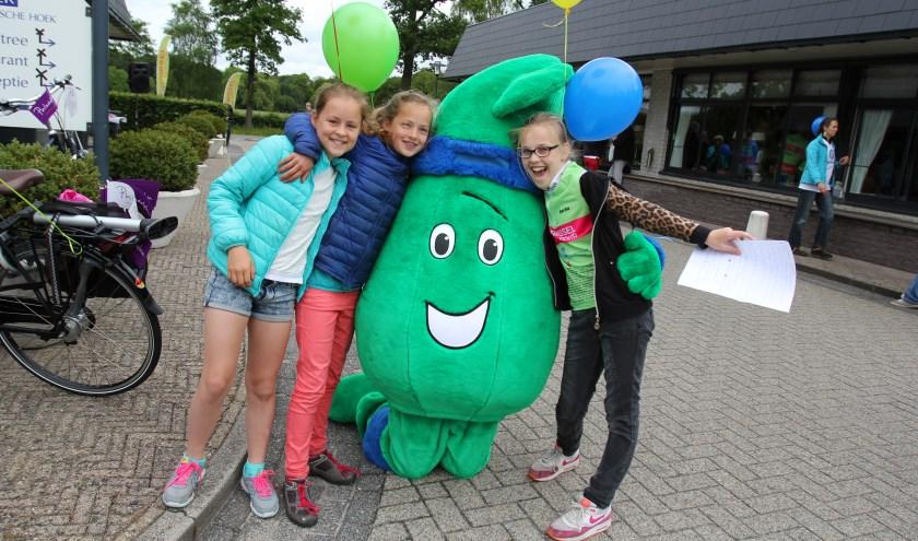 De leerlingen van de Julianaschool doen mee aan de actie voor de Axel foundation en waren zaterdag ook aanwezig bij De Biltse Hoek, toen de fietsers De Bilt aandeden. [foto Reyn Schuurman]
