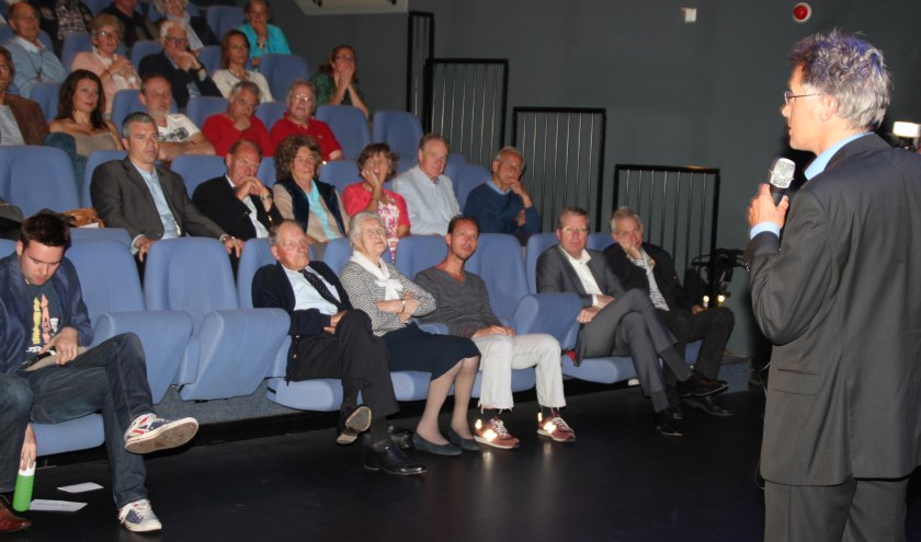 Inleiding door cultuurwethouder Hans Mieras bij de première in het Lichtruim.