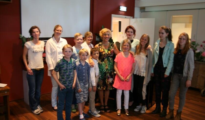 Jeanine Peeters met haar leerlingen.