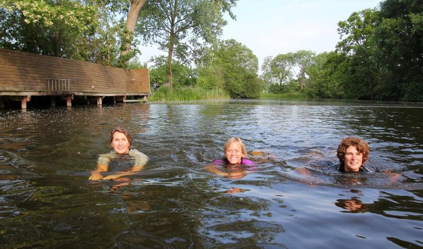 Madelon, Carolien en Annelou oefenen in het water van zwembad De Kikker in Groenekan. [foto Reyn Schuurman]