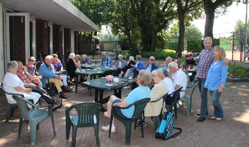 ?Zo'n 25 bewoners schoven aan bij de Leut in Hollandsche Rading. [foto Henk van de Bunt]
