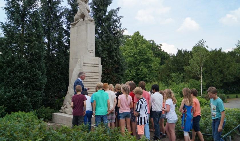Burgemeester Arjen Gerritsen vertelt over het monument. (foto Alba van der Velden).