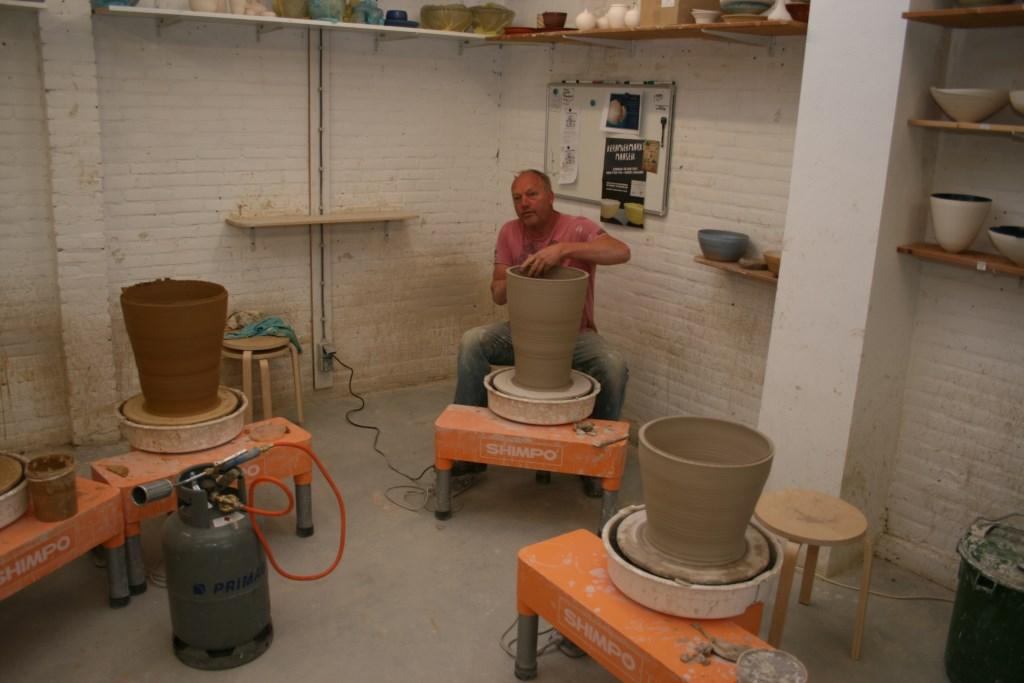 Deelnemer Paul Werner demonstreert hoe grote tuinpotten en grote tuinschalen op de draaischijf gemaakt worden.   © De Vierklank