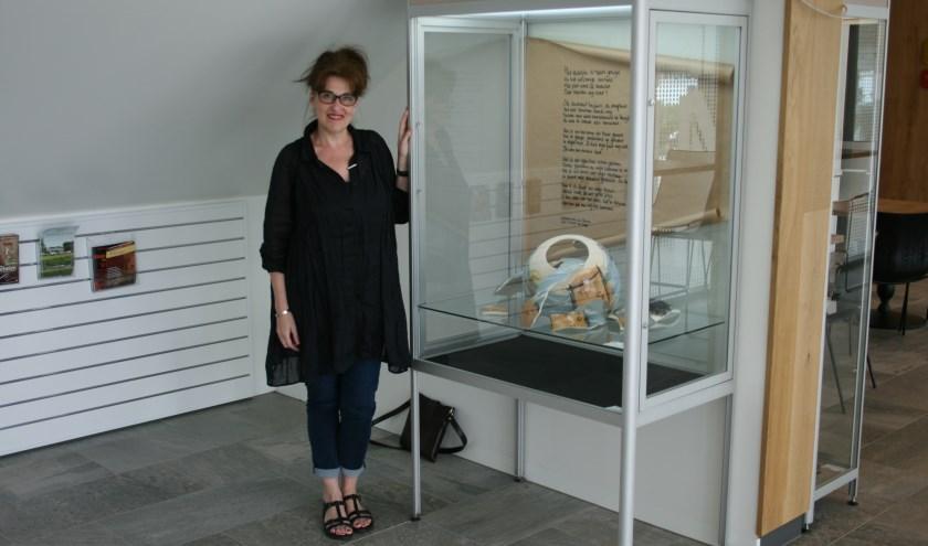 Lucia van der Velden naast haar Gebroken Vaas in Het Lichtruim.