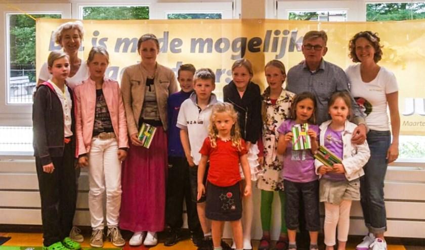 De prijswinnaars, voorzitter van de Oranjevereniging Hans Stevens en Annemiek en Marieke van Peuterspeelzaal Het Bruggetje.
