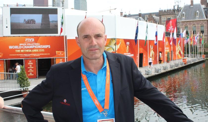 Michel Everaert in het drijvende stadion op de Hofvijver in Den Haag waar het WK Beachvolleybal wordt gespeeld.
