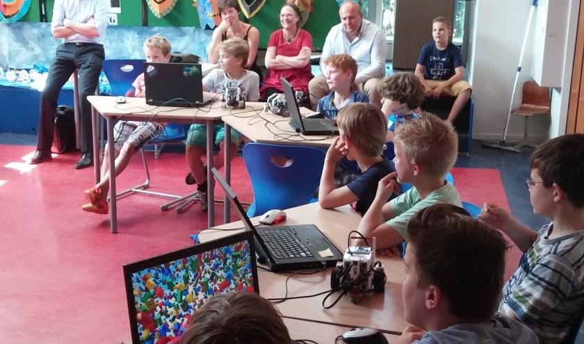 Leerlingen programmeren de LEGO robots.