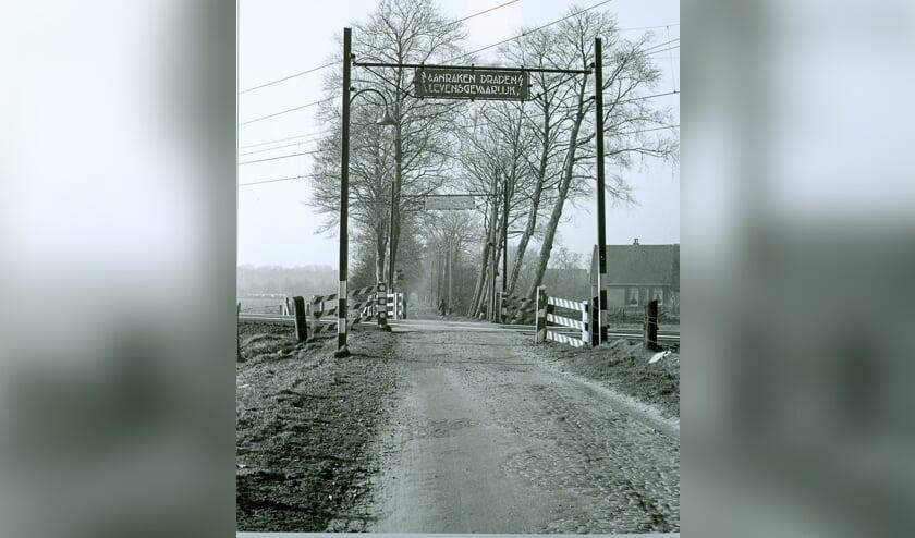 Voorbij de onbewaakte spoorwegovergang liep in 1959 de Leijenseweg nog het  agrarische gebied in. Rechts de boerderij Leijenhoeve.