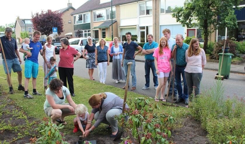 Wethouder Jolanda van Hulst wordt bij haar activiteiten enthousiast bijgestaan door Amélie en (mamma) Miranda Mulder- Kemp. Miranda doet dit jaar de 'organisatie' van het plantsoenonderhoud; volgend jaar doet weer een ander dit.