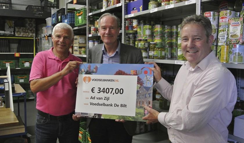 Donderdag 13 augustus overhandigde Ad van Zijl (m) een cheque aan Rob Veerman (r) en Richard Vester van Voedselbank De Bilt.