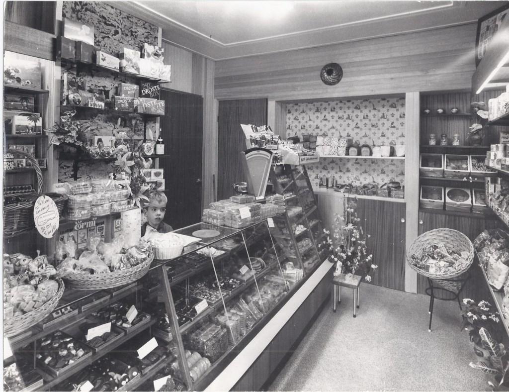 Moeder stond in de winkel en zorgde (later) voor de twee kinderen. In 1960 nam Ger ontslag bij haar werkgever om de winkel over te nemen. Zoon Pim (foto) werd 16 december 49 jaar. 45 jaar geleden kostte 150 gram kersenbonbons fl. 1,45.  © De Vierklank