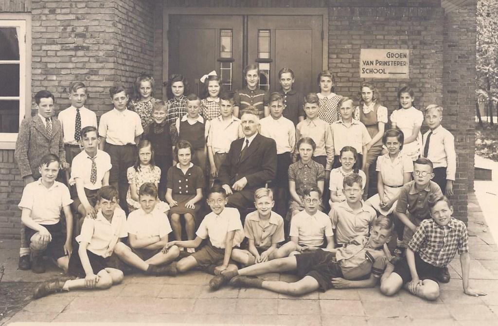 Het vinden van deze oude schoolfoto (1947) met de toenmalige oudste klas (6) naast het mysterie van de woorden op de gevel zette de zaak in beweging.  © De Vierklank