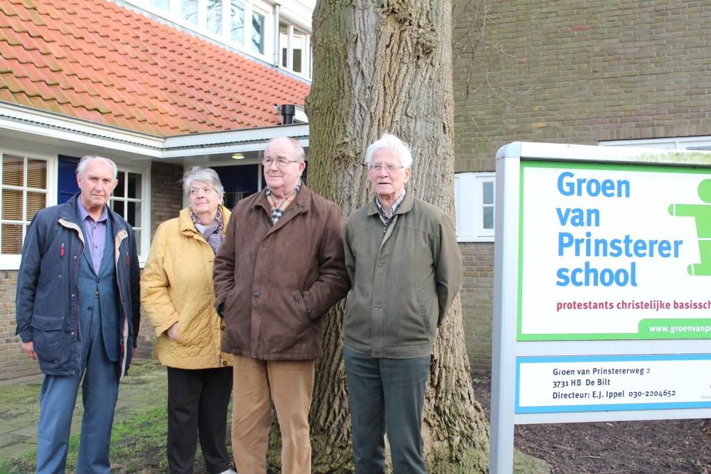 68 jaar later staan v.l.n.r. Chris Onwezen, Ger en Niek van Poelgeest en Joost Paauw weer voor de inmiddels verbouwde Groen van Prinsterer-school in De Bilt.  © De Vierklank