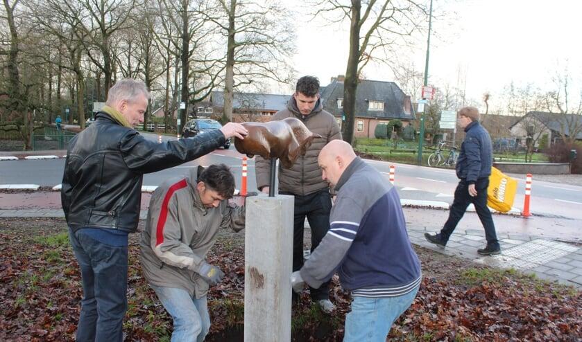 Jaap Roëll assisteert medewerkers van een Tielse Bronsgieterij bij de herplaatsing.