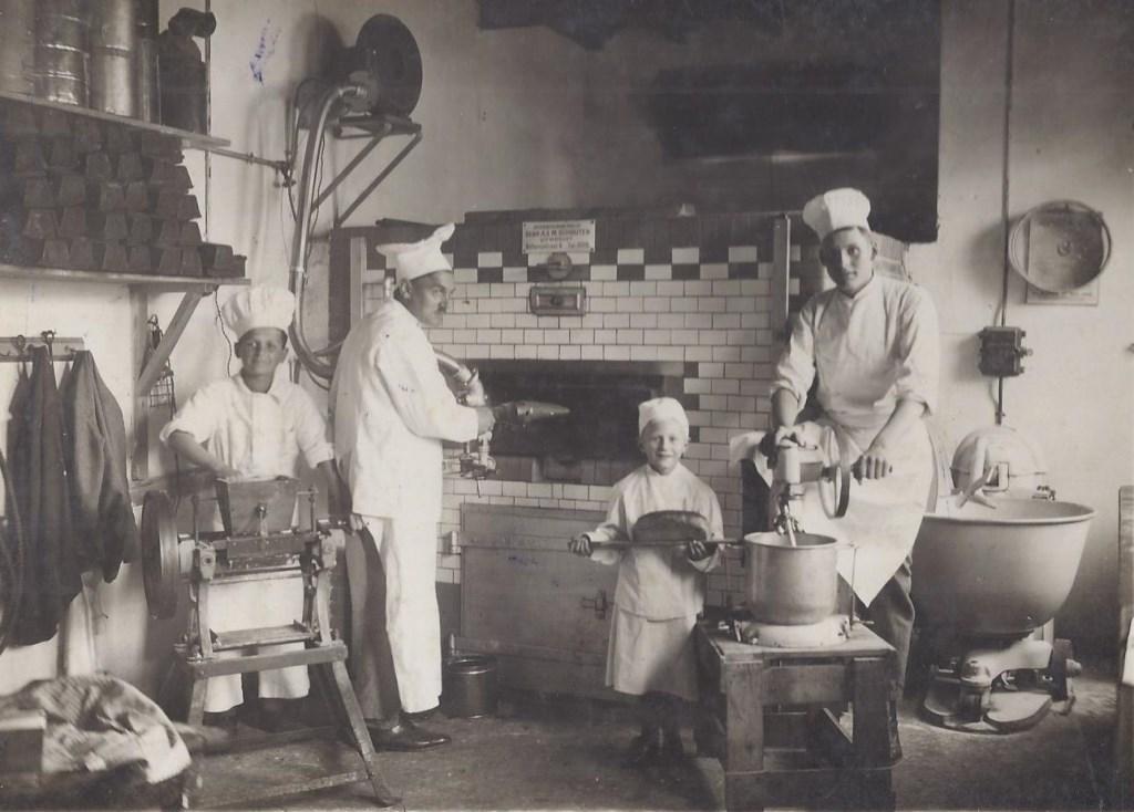 In 1931 waren er alleen al in De Bilt 13 broodbakkers op een veel kleinere bevolking. Hier zijn in beeld Henk van Poelgeest Sr. en Henk van Poelgeest jr. met op de flanken twee medewerkers.   © De Vierklank