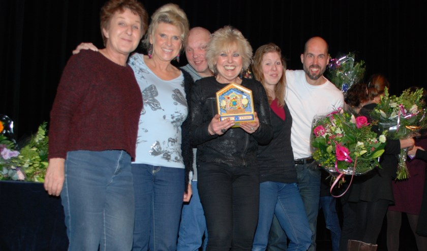 V.l.n.r. Anke van Doleweerd, Marijke de Wilde, Frits Blankensteijn, Anneke Iseger met het speeldoosje, Cindy Donselaar en Diederick Vollenga.