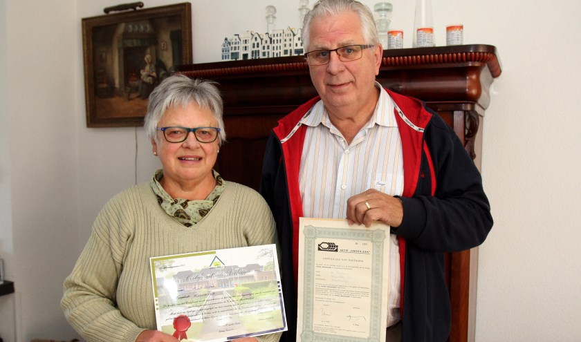 De familie Bitter toont trots het nieuwe en het oude Vierstee certificaat.