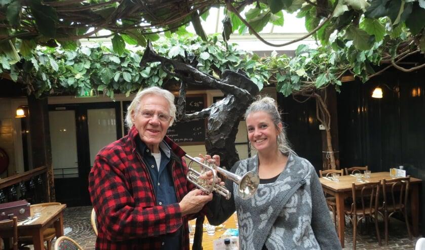 Jelle van der Zee en Leonie Ceelen in De Griffel bij het beeld dat Jits Bakker van Jelle maakte.