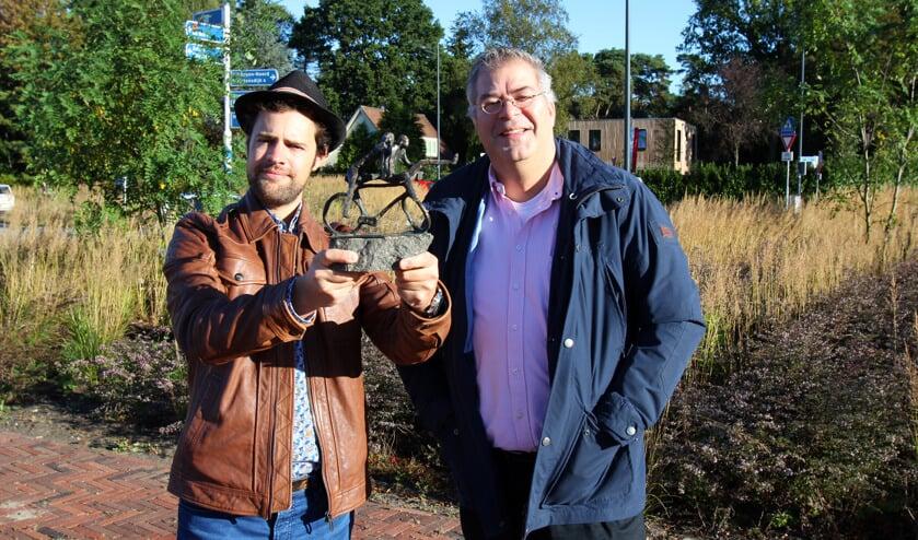 Peter en Tibo met het schaalmodel op de beoogde locatie.