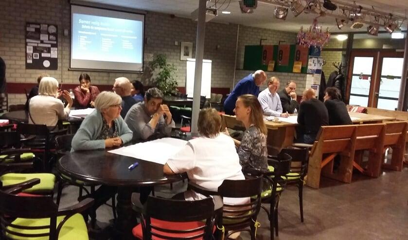 Drie groepen discussiëren over het jaarthema 'Zorgzame wijken'.