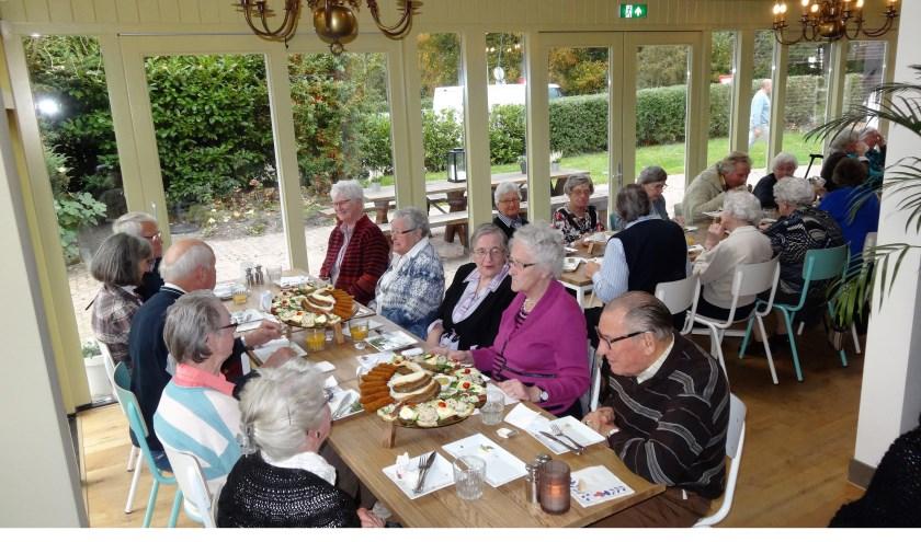 Zonnebloemgasten genieten van een feestelijke lunch. (foto Ido Huitenga)