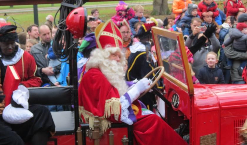Sinterklaas komt aan bij het gemeentehuis.