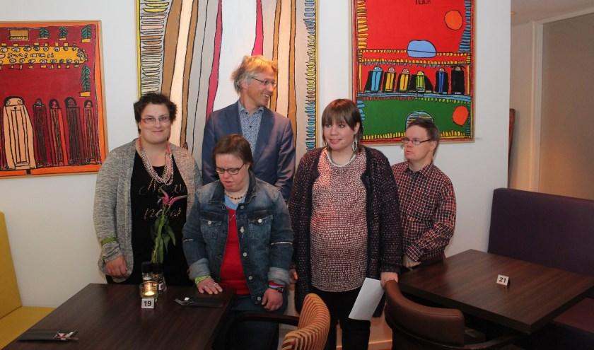 V.l.n.r. Jessica Magnin, wethouder Hans Mieras, Roos Drieenhuizen, Luuk van der Bult en vooraan Jefke Dijkstra.
