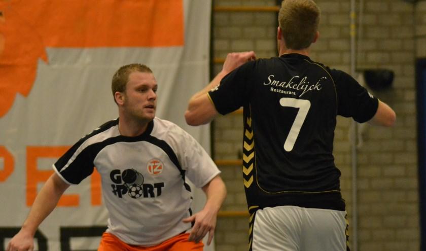 Randy Bruijntjes in actie tegen Bart Nieuwenweg van korfbalvereniging De Meeuwen.