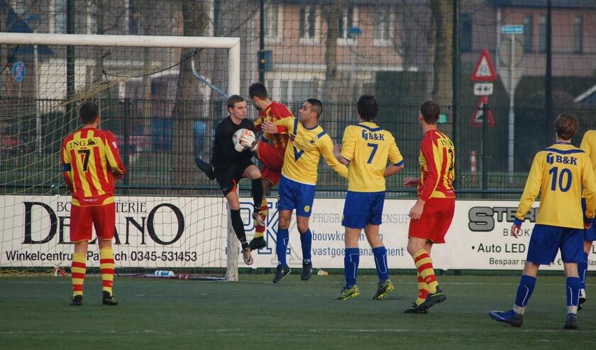 Het geelrode Focus (Fortitudo-Culemborg-combinatie) focust zich op de Maartensdijkse goalie Stijn Orsel. (foto Nanne de Vries)